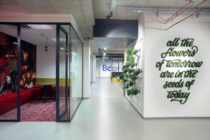 Стеклянные перегородки в интерьере комфортного офиса