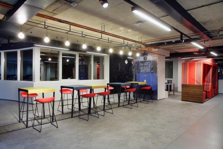 Оригинальный дизайн яркой мебели с металлическим каркасом в интерьере комфортного офиса
