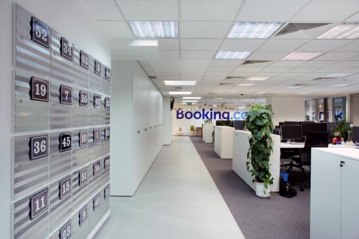 Белые шкафы и тумбы в интерьере комфортного офиса