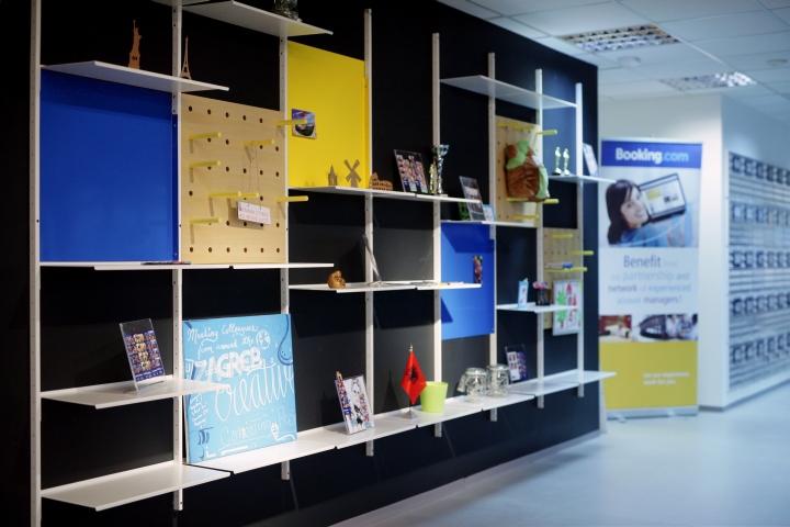 Оригинальный дизайн стеллажа в интерьере комфортного офиса