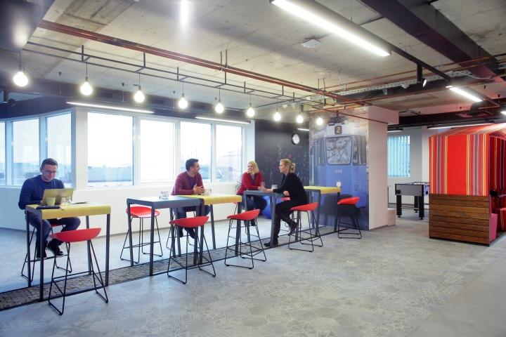 Серые бетонные пол и потолок в интерьере комфортного офиса