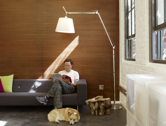 Оригинальная напольная лампа с белым абажуром в интерьере комфортного офиса