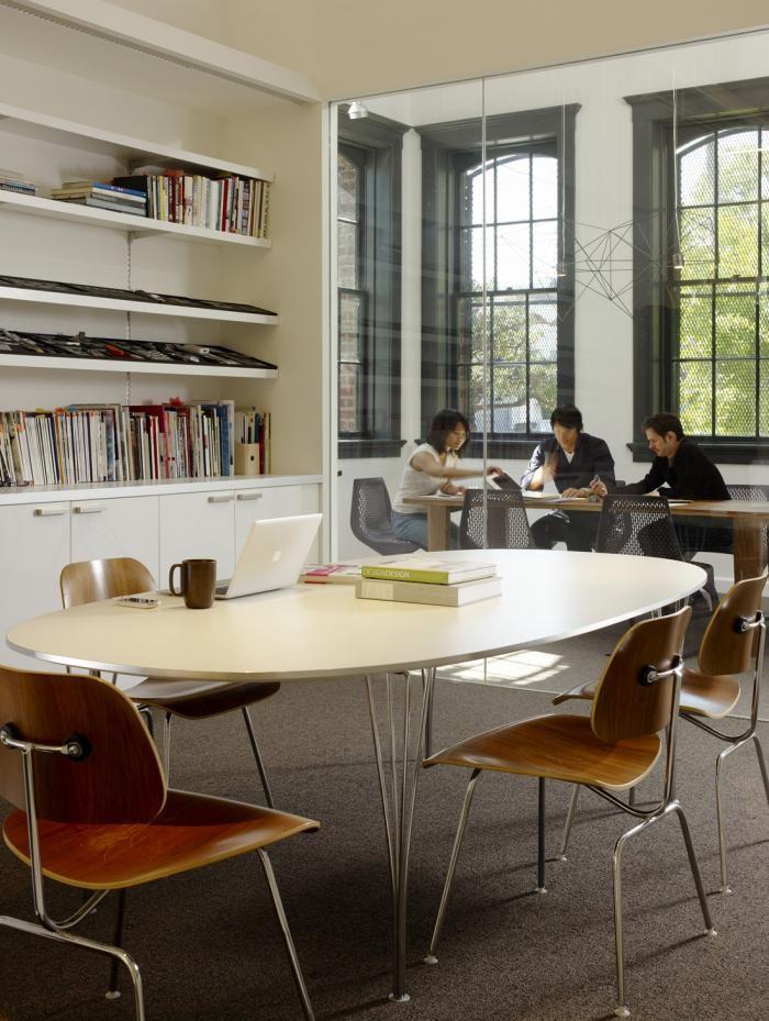 Белый стеллаж в интерьере комфортного офиса