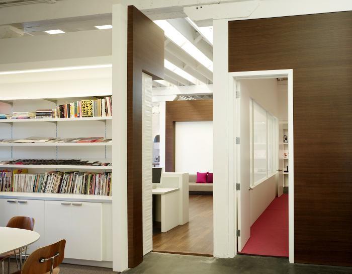 Отделка стен деревянными панелями в интерьере комфортного офиса