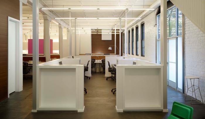 Белые перегородки в интерьере комфортного офиса