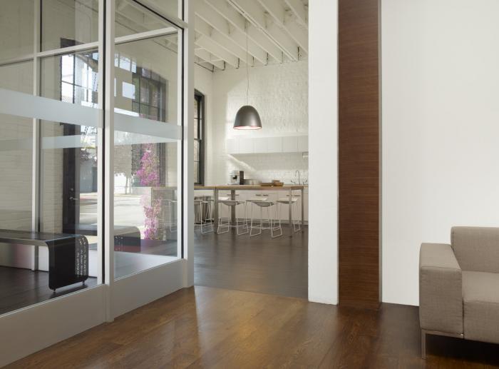 Белая кирпичная стена в интерьере комфортного офиса