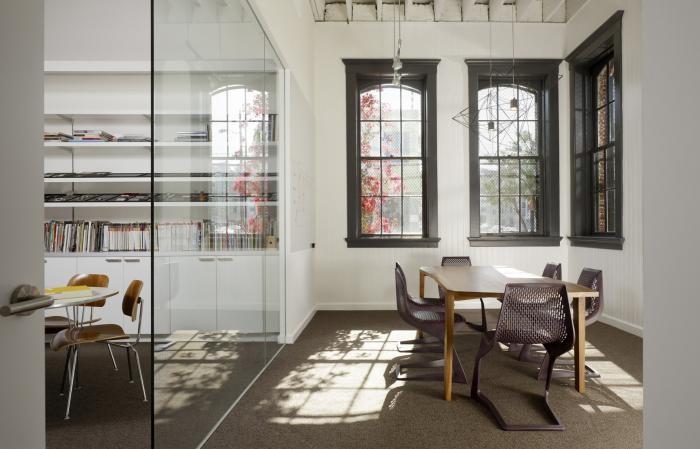 Окна 19 века в интерьере комфортного офиса