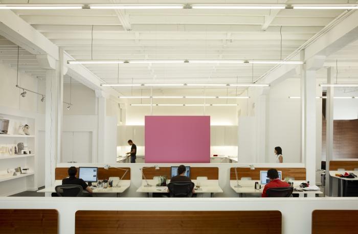 Белые стены и потолок в интерьере комфортного офиса
