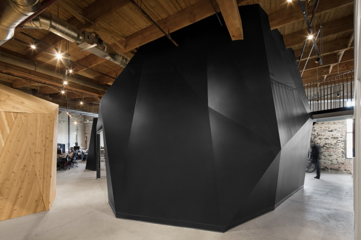 Комфортный офис: шелушащаяся белая краска на стенах