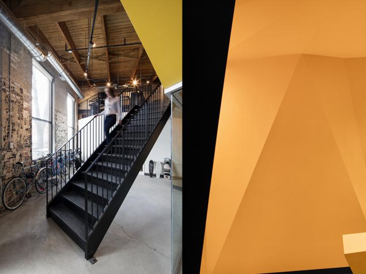 Комфортный офис: солнечные лучи входят через восстановленные окна
