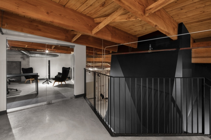 Комфортный офис: угловатые тёмные глыбы