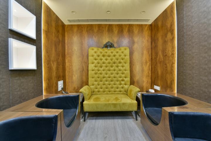 Комфортный офис: яркое жёлтое кресло