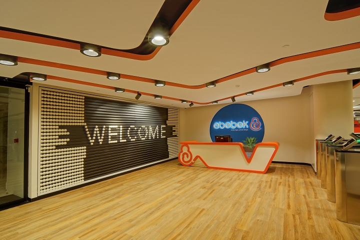 Комфортный офис фирмы E Bebek: гигантские счёты. Фото 1