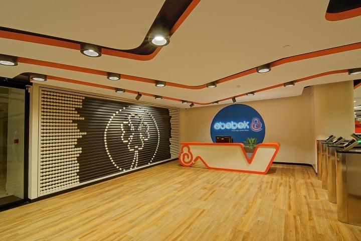 Комфортный офис фирмы E Bebek: гигантские счёты. Фото 4