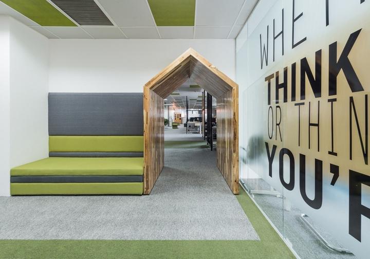 Комфортный офис в зеленых тонах в Ханое: деревянная арка