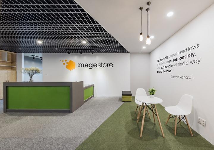 Комфортный офис в зеленых тонах в Ханое: настенные цитаты