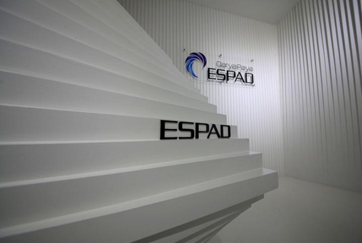 Контрастный офис компании Espad в Тегеране - белый и синий цвета