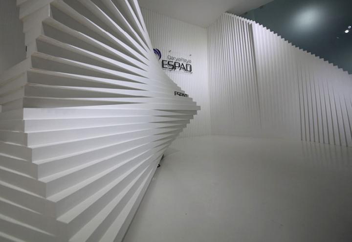 Контрастный офис компании Espad в Тегеране - оригинальные белые панели. Фото 1