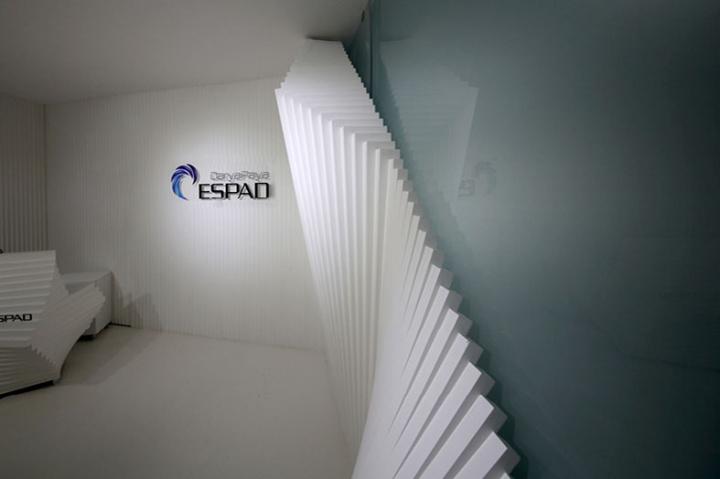Контрастный офис компании Espad в Тегеране - оригинальные белые панели. Фото 3