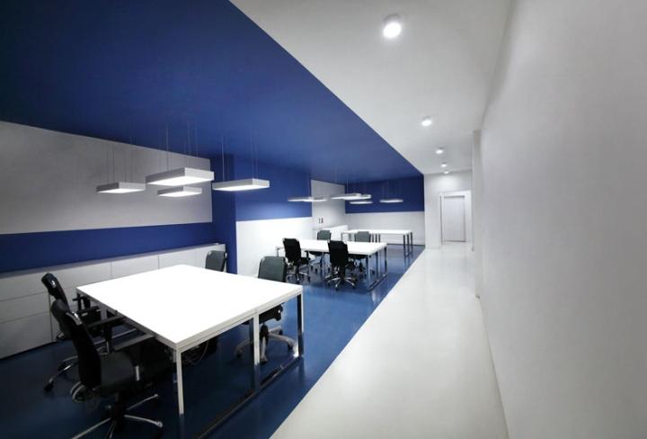 Контрастный офис компании Espad в Тегеране - сине-белый дизайн. Фото 1