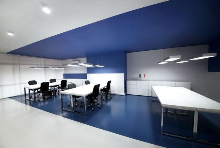 Контрастный офис компании Espad в Тегеране - сине-белый дизайн. Фото 2
