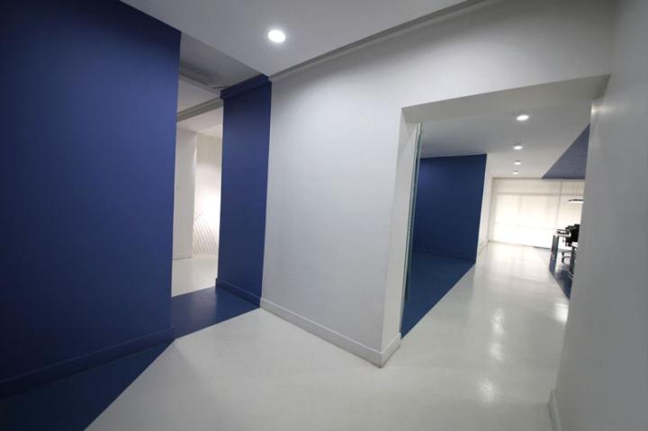 Контрастный офис компании Espad в Тегеране - сине-белый дизайн. Фото 3