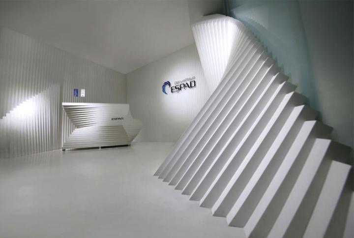 Контрастный офис компании Espad в Тегеране - необыкновенный дизайн стен. Фото 3