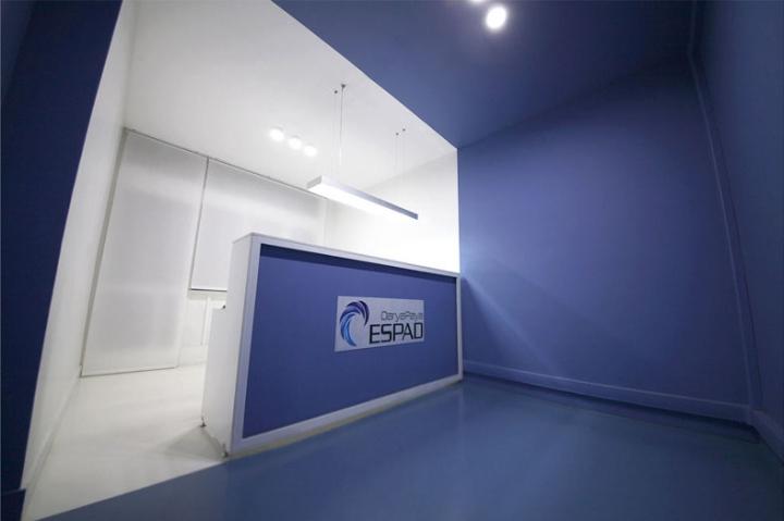Контрастный офис компании Espad в Тегеране - ресепшн в синем цвете