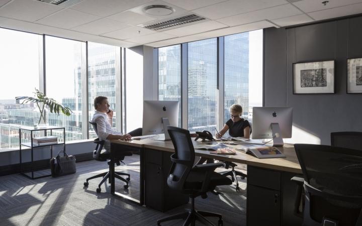 Оформление кабинета коворкинг-офиса в монохромных оттенках
