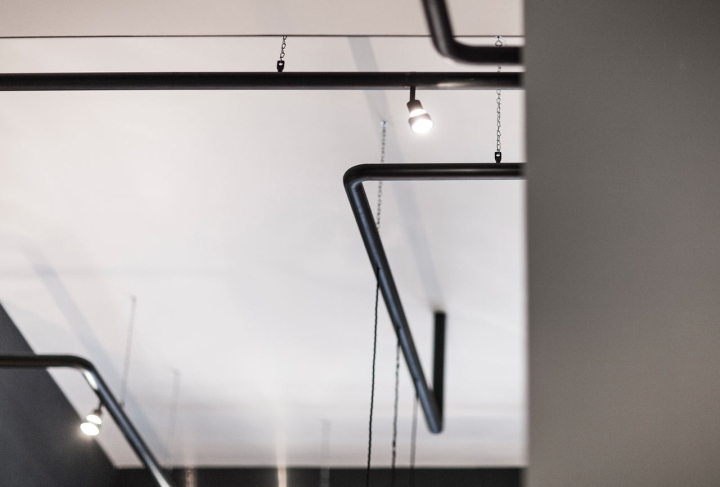 Красивый интерьер салона красоты: чёрные элементы на потолке