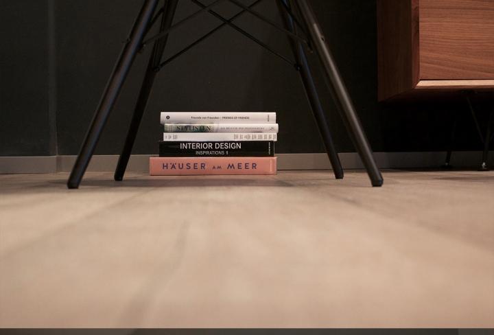 Красивый интерьер салона красоты: книги в декоре