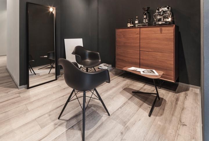 Красивый интерьер салона красоты: преобладание чёрного цвета и деревянной фактуры
