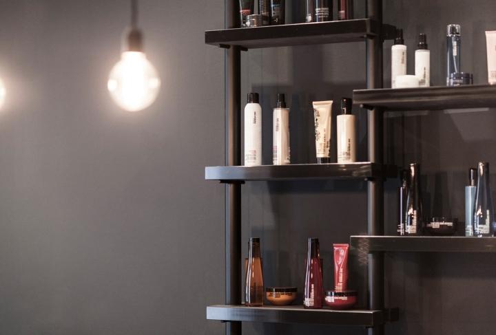 Красивый интерьер салона красоты: полки с черной окантовкой