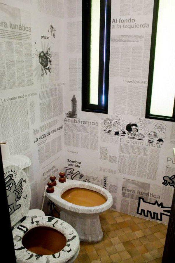 Красивый офис: сан узел обклеенный газетами