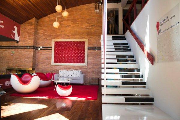 Красивый офис: красно-белые кресла