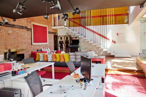 Красивый офис: множество ярких цветных штрихов
