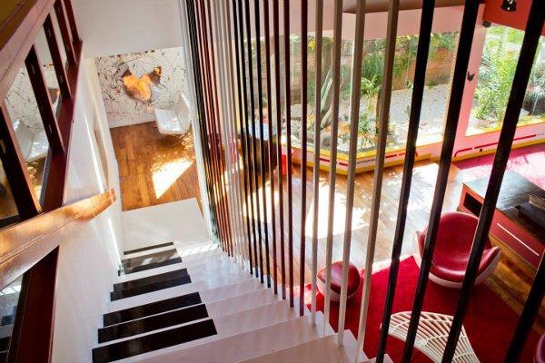 Красивый офис: ступени лестницы представляют собой клавиши от пианино
