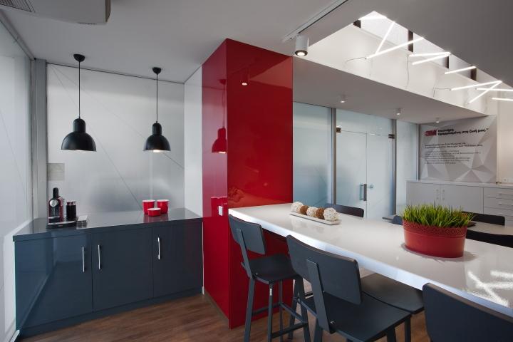 Красный цвет в офисе 3M в Греции