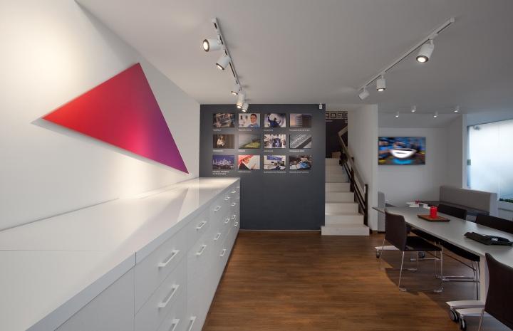 Красный цвет в офисе 3M в Греции - лестница