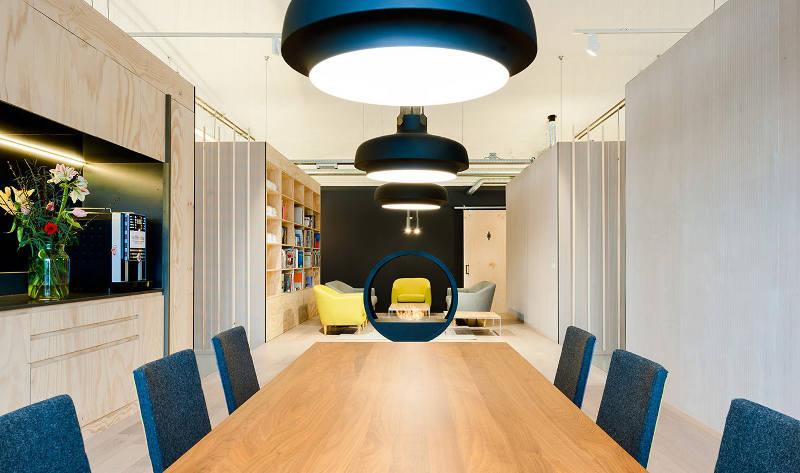 Яркие кресла в креативном оформлении офиса