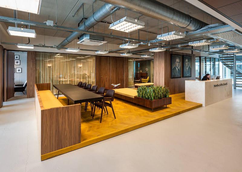 Чёрная мебель в креативном оформлении офиса