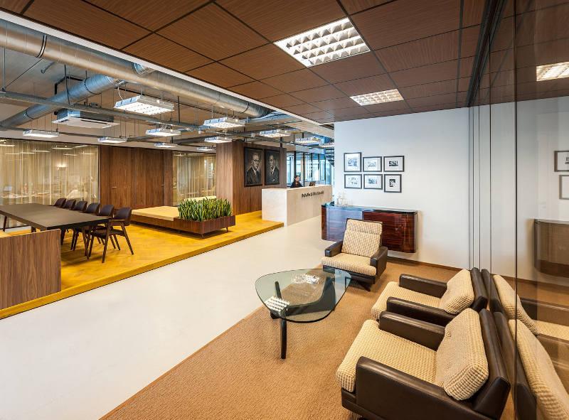 Мягкие кожаные кресла в креативном оформлении офиса