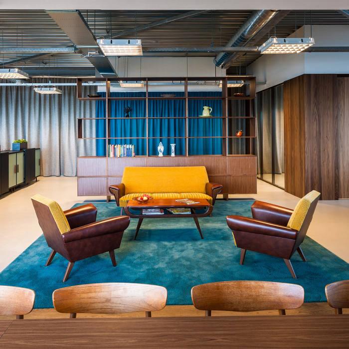 Ярко-бирюзовый ковёр в креативном оформлении офиса