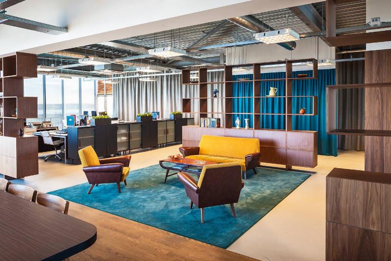 Открытые деревянные стеллажи в креативном оформлении офиса