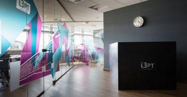 Креативное оформление офиса с дизайнерским столом