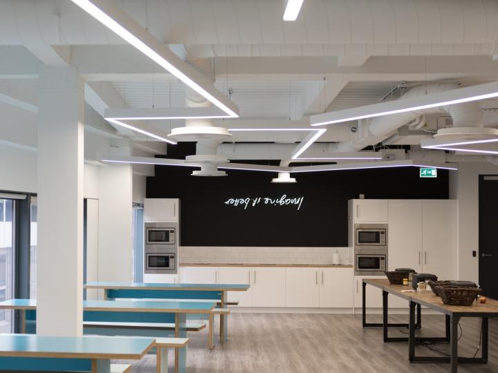 Креативное оформление офиса: просторная столовая зона