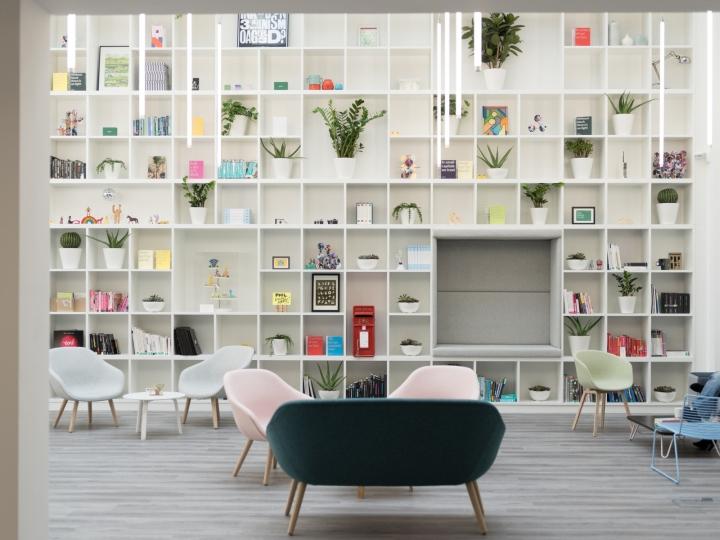 Креативное оформление офиса: очень высокий стеллаж в библиотеке