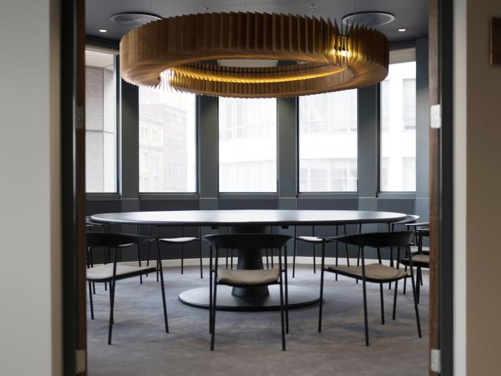 Креативное оформление офиса: оригинальная круглая люстра декорированная бумагой