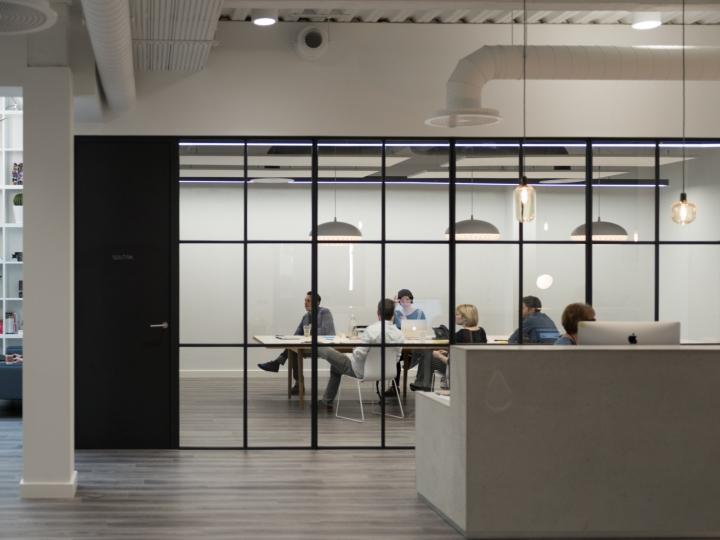 Креативное оформление офиса: конференц зал за стеклом