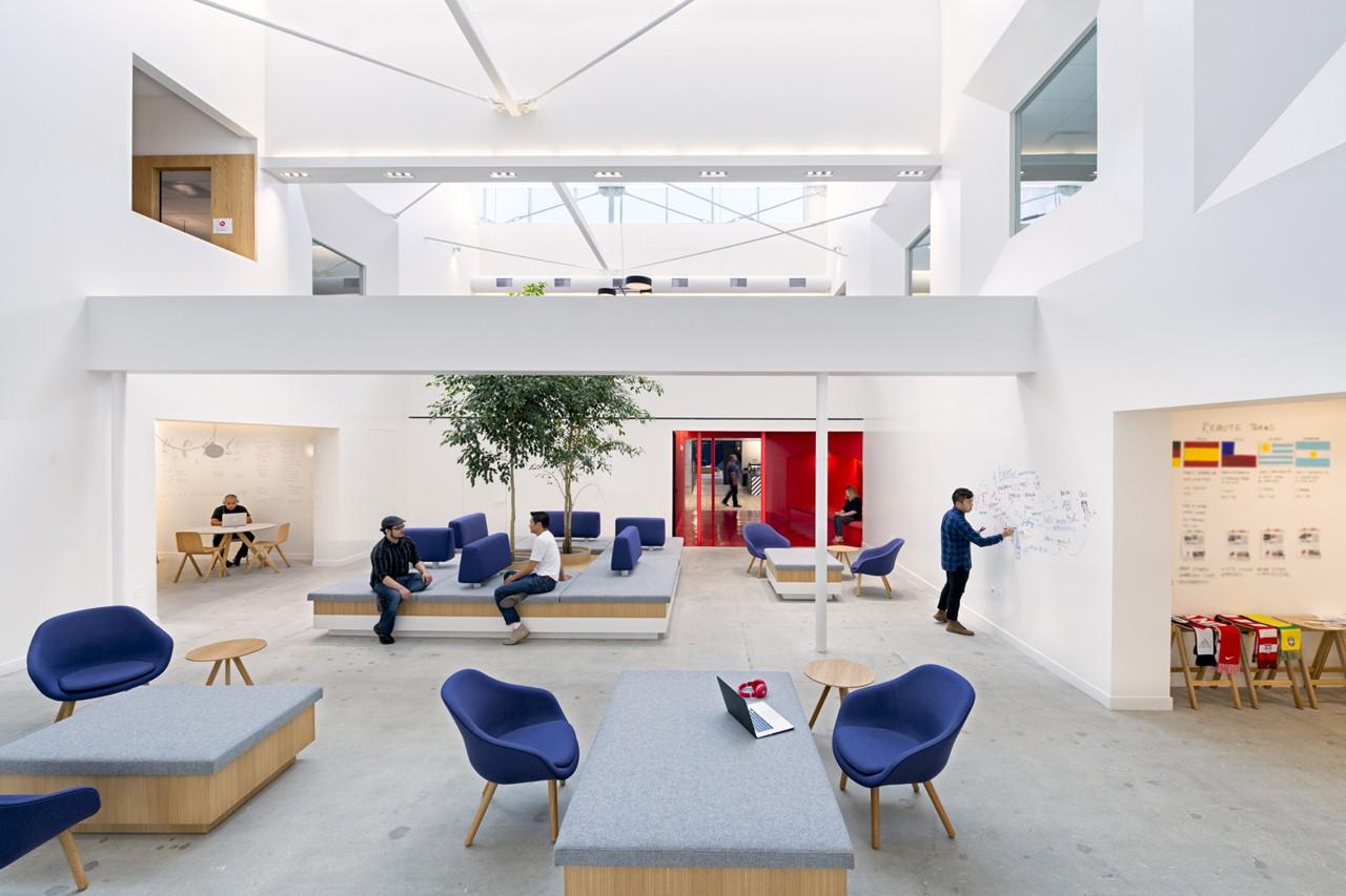 Креативное оформление офиса - интерьер с яркими элементами